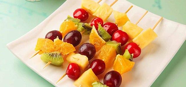 偏要把水果串起来吃