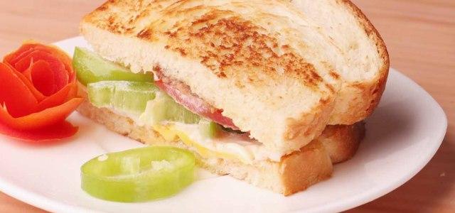 鸡蛋腊肉三明治