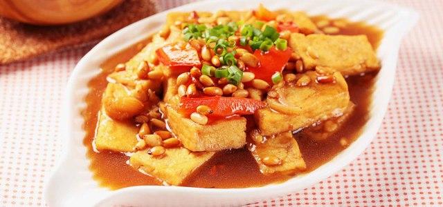 鲜嫩美味的松仁豆腐