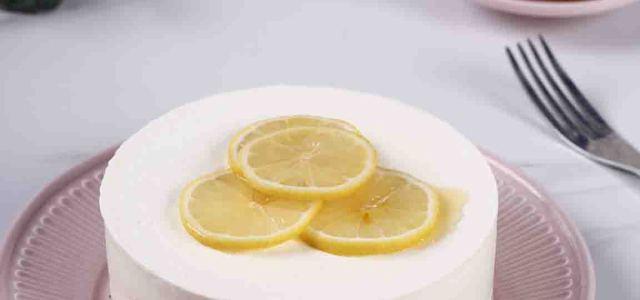 清新原味的生乳酪蛋糕,配以蜂蜜及柠檬的点缀,令人无法抗拒的夏日甜品。