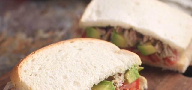 番茄牛油果金枪鱼三明治